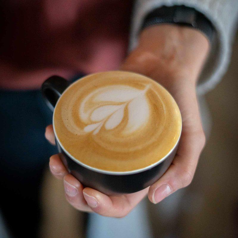 Cappuccino met latte art tulp